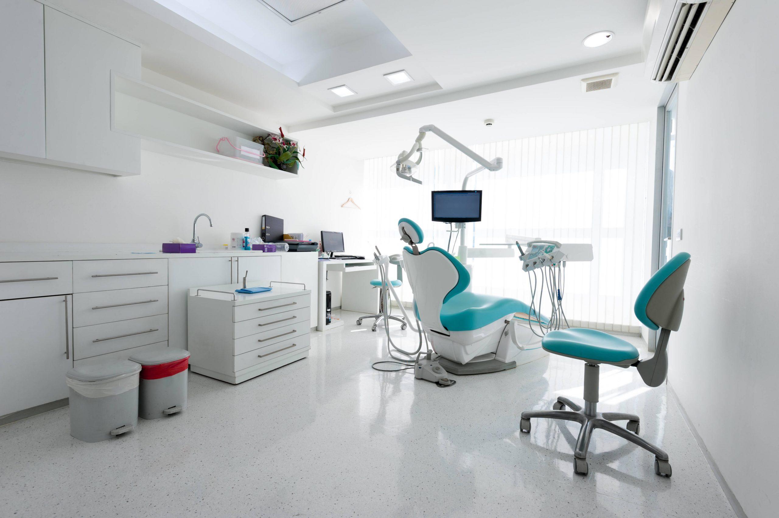 ¿Qué debe tener una buena clínica dental?